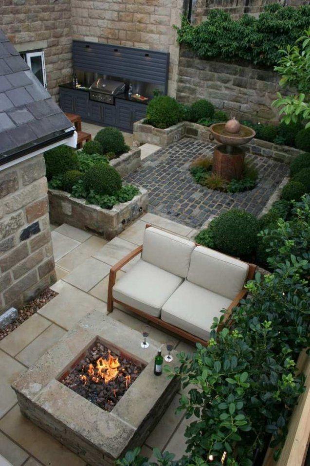 Kleiner Garten Ohne Rasen Mit Brunnen Feuerstelle Und Grill von Kleine Gärten Gestalten Ohne Rasen Bild
