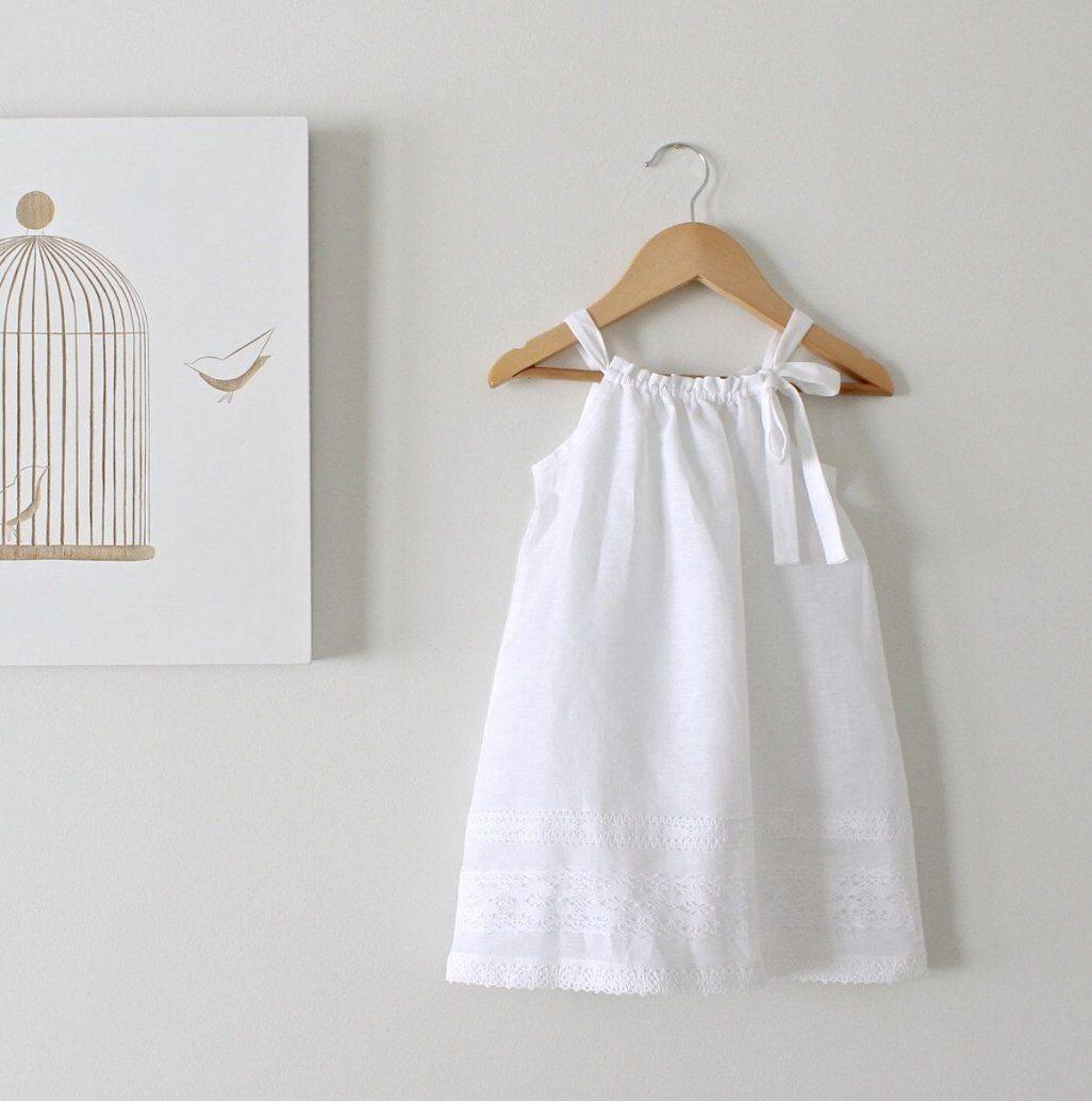 Kleinkind Mädchen Weiße Bettwäsche Und Spitze Kleidbaby Taufe von Bettwäsche Prinzessin Kleid Photo