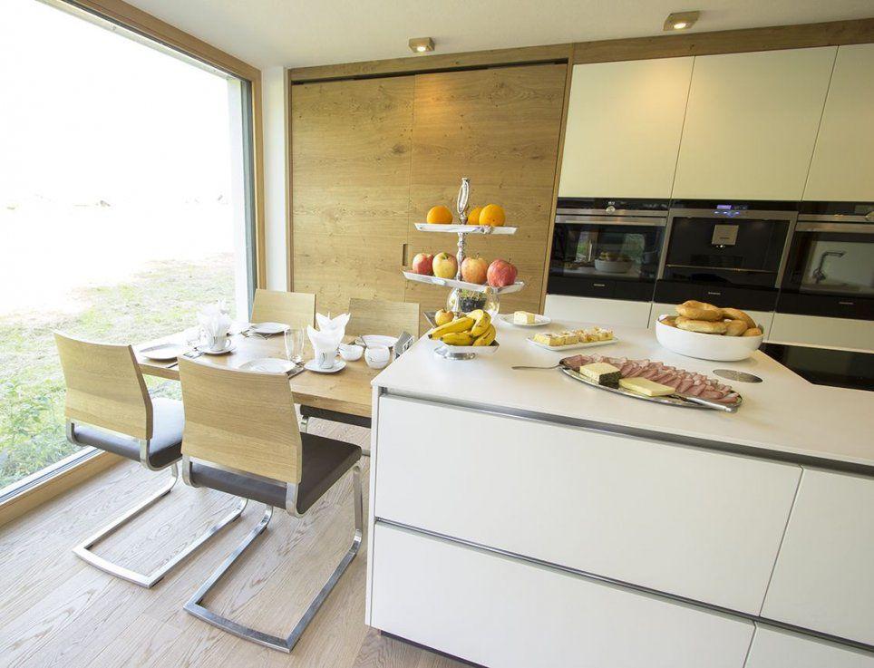 Küche Mit Integriertem Essplatz Der Essplatz Für Vier Personen Ist von Küche Mit Integriertem Essplatz Bild