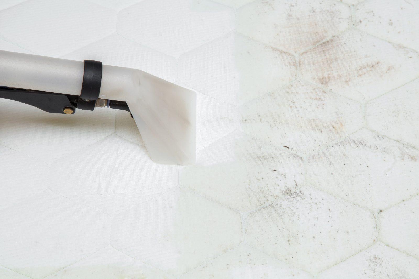 Matratze Reinigen 7 Flecken 7 Lösungen  Liebenswert von Alte Blutflecken Aus Matratze Entfernen Bild