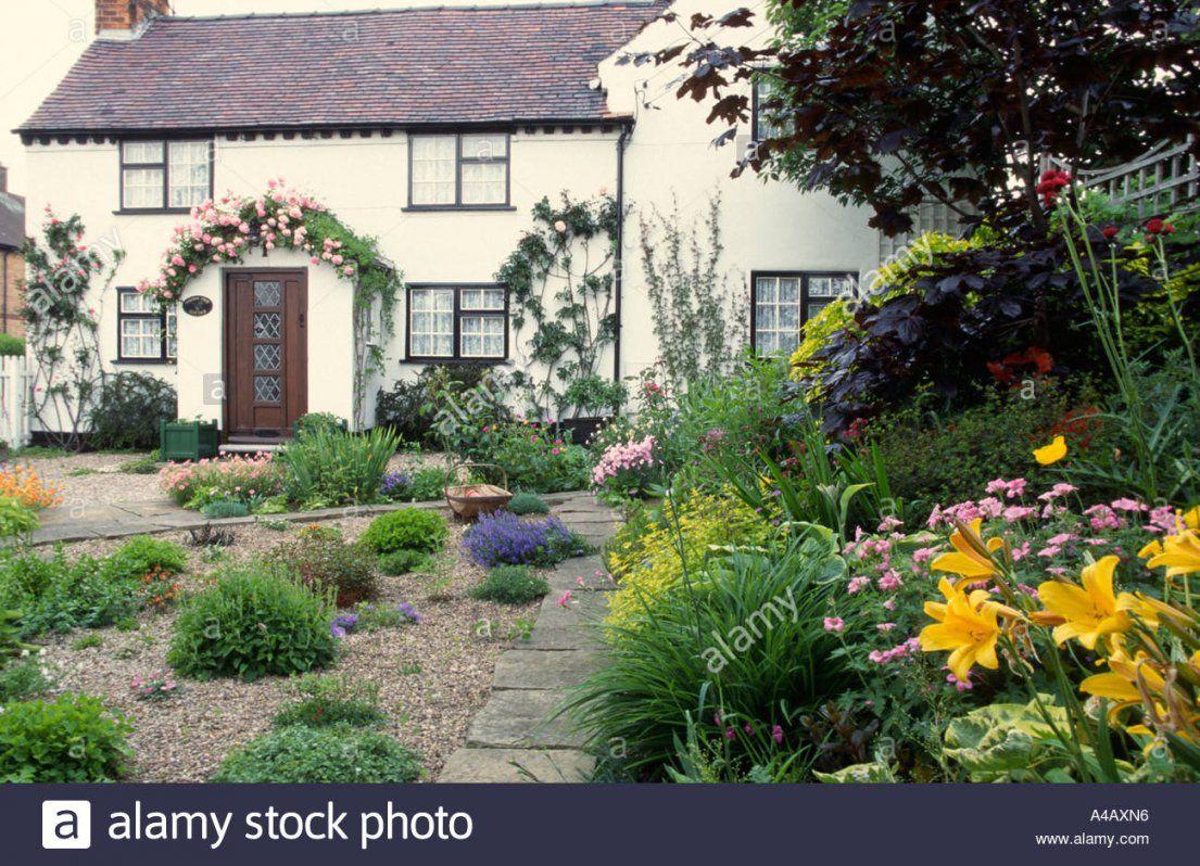 Mediterraner Garten Mit Kies Und Rosen Rund Um Die Hütte Tür von Mediterraner Garten Mit Kies Photo