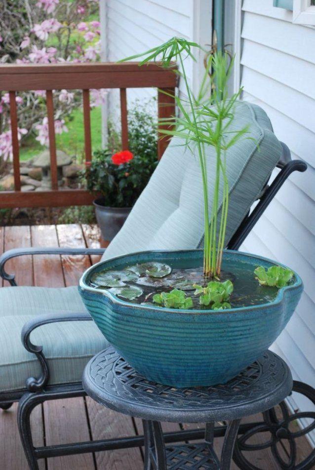 Mini Gartenteich In Einer Keramik Schüssel Auf Der Terrasse  Diy von Balkon Brunnen Selber Bauen Bild