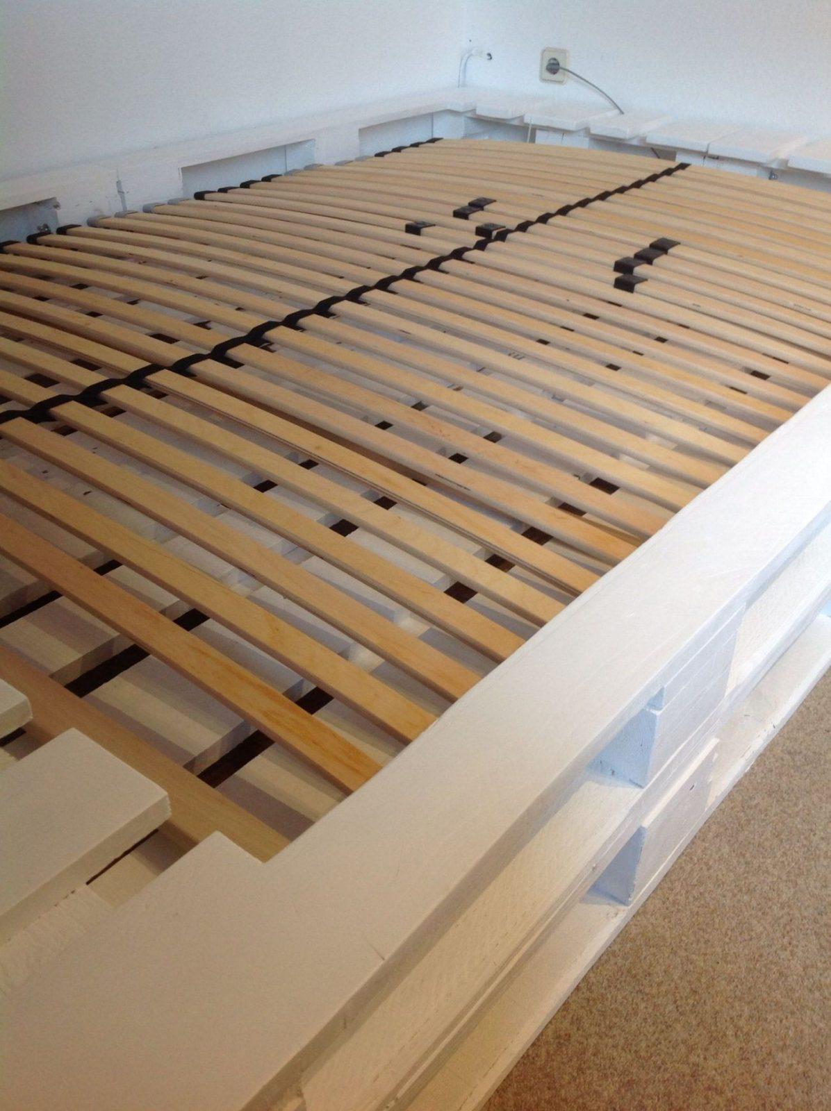 Palettenbett Mit Lattenrost In Weiß  Palettenbett  Pinterest von Europaletten Bett Mit Lattenrost Bild