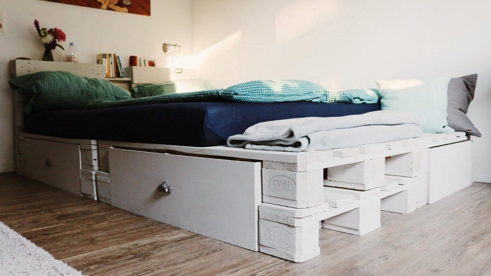 Palettenbett Selber Bauen Europaletten Bett Diy Anleitung Avec von Podest Bett Aus Paletten Photo