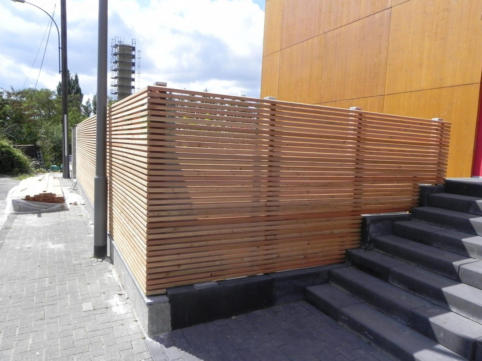 Semitransparenter Sichtschutzzaun Aus Lärchenholz  Hausgarten von Sichtschutz Lärche Selber Bauen Bild