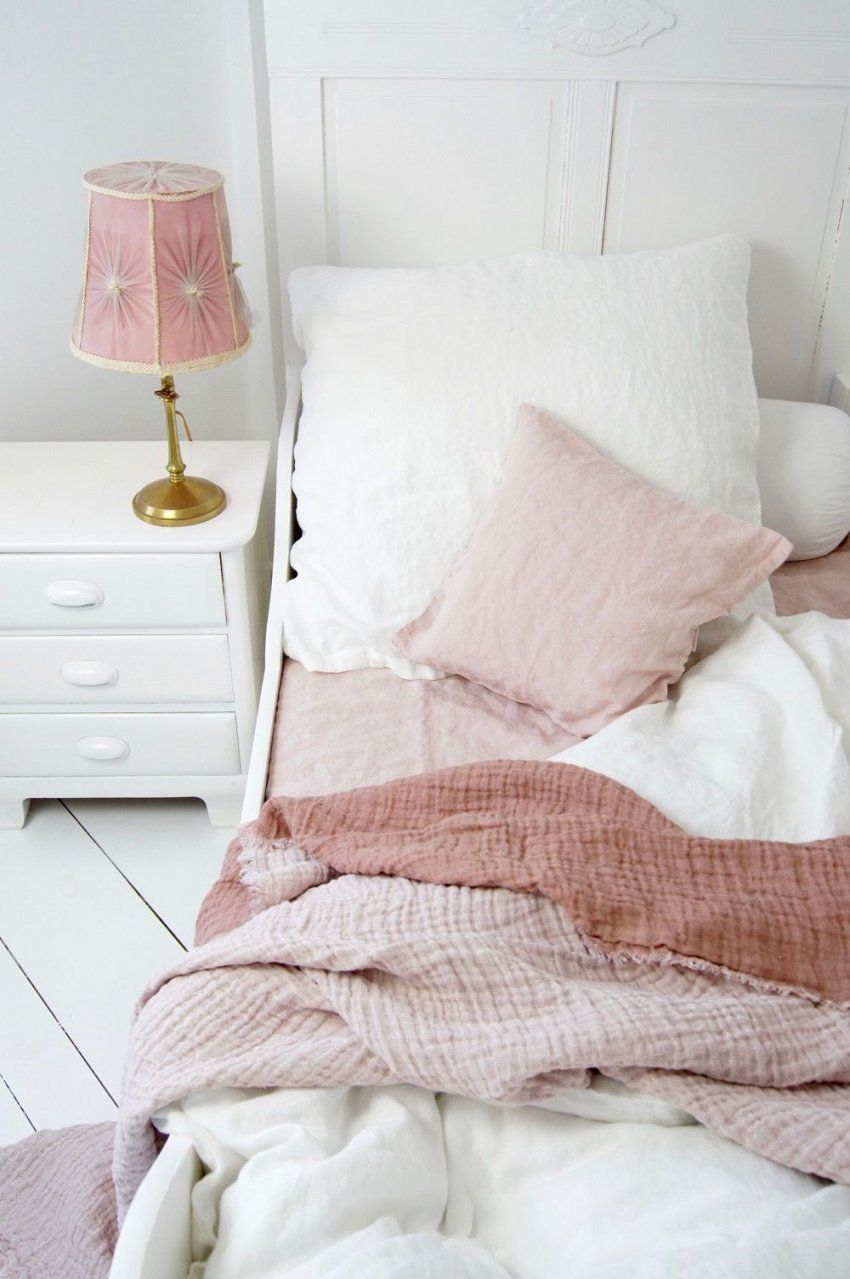 Shabby Schlafzimmer In Rosa & Weiß  Shabby von Bettwäsche Shabby Chic Bild