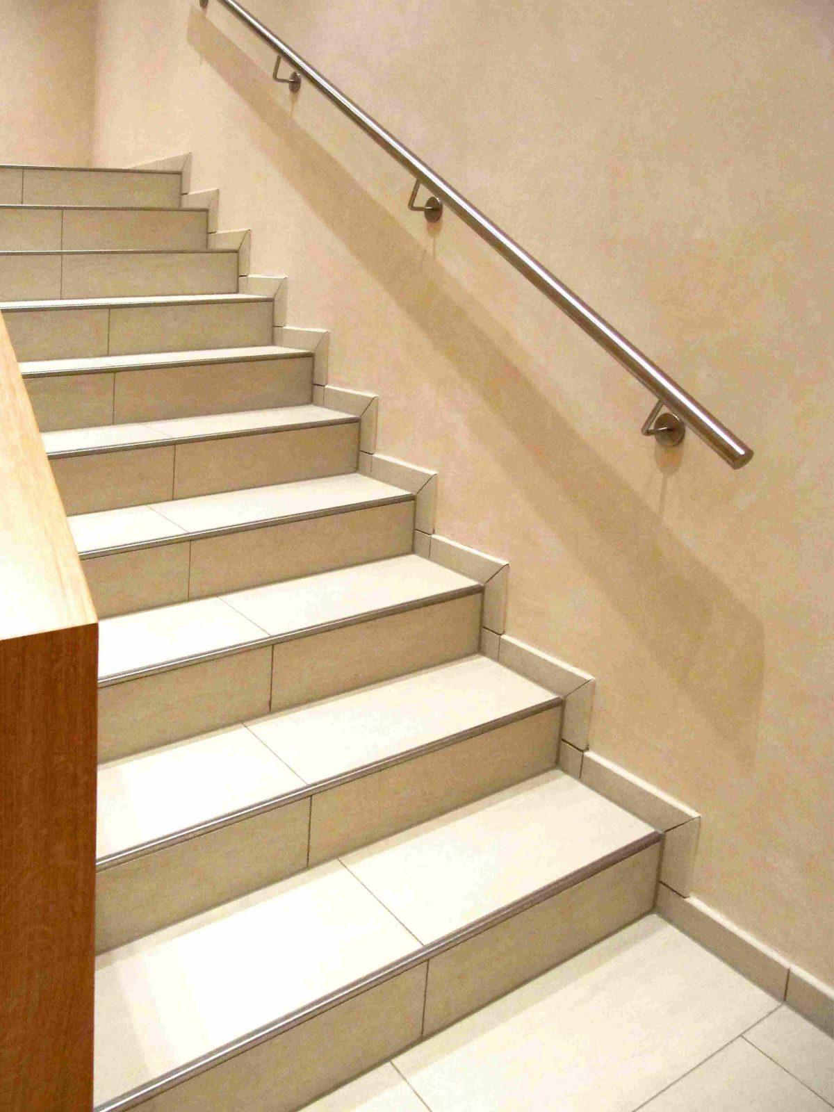 Sockelplatten – Optische Verlängerung Der Treppe von Treppe An Der Wand Photo