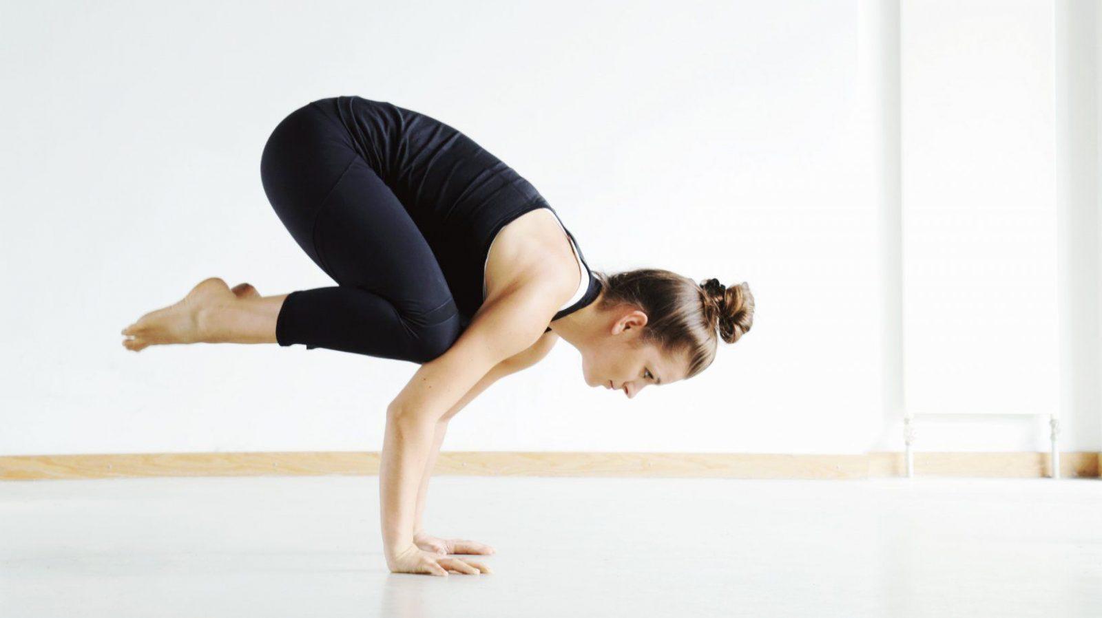 Yoga Krähe Bakasana Lernen Für Anfänger  Mady Morrison  Yoga Lifestyle von Yoga Lernen Zu Hause Photo