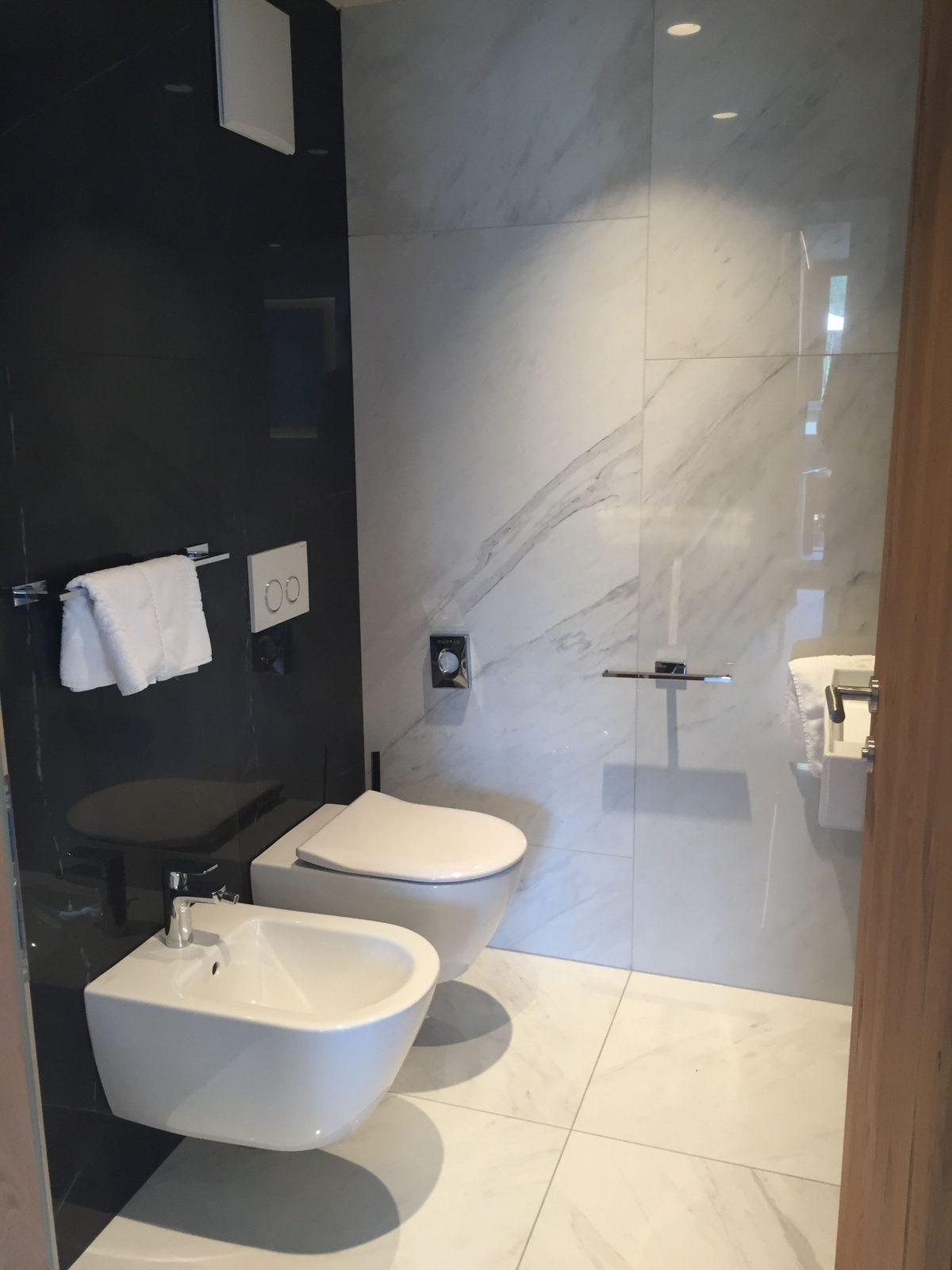 Kleines Badezimmer Mit Xxl Fliesen In Marmoroptik von Kleines Badezimmer Fliesen Ideen Bild