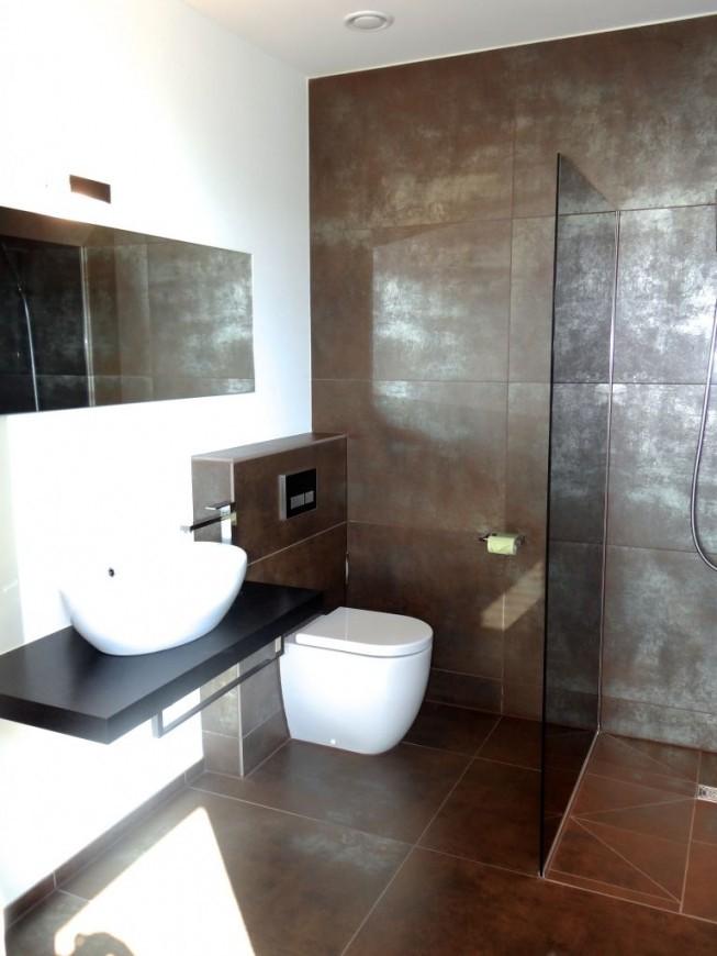Modernes Bad Mit Braunsilbernen Fliesen Und Ebenerdiger von Moderne Fliesen Für Badezimmer Photo